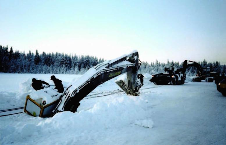 Frostig grävare på djupt vatten