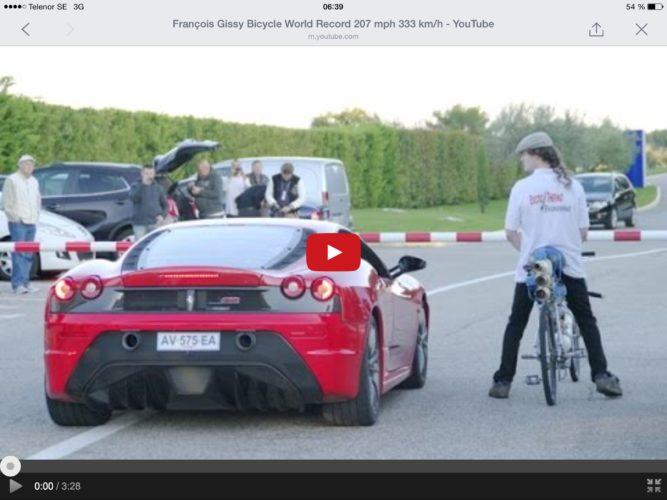 Cyklist förnedrar en Ferrari