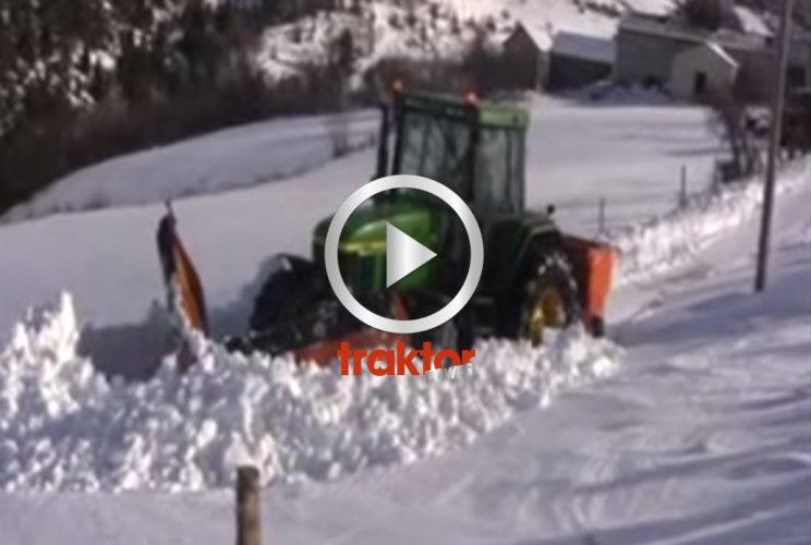 John Deere kämpar i snön!