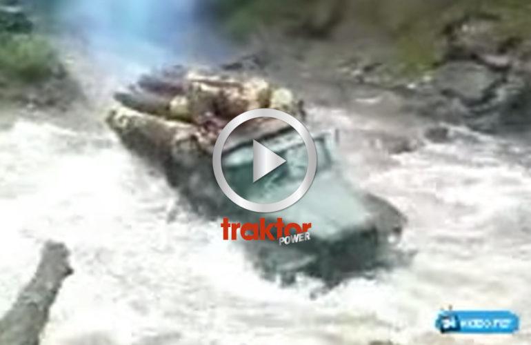 Timmerbil går igenom flod!