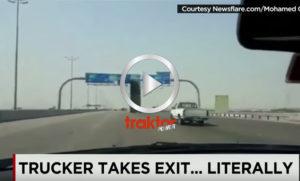 Flaket på lastbilen går upp.... Kolla den river trafikskyltarna!!!