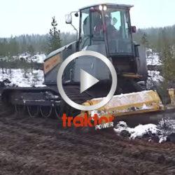 Kolla så fint maskinen med fräs jobbar på den våta mossen!