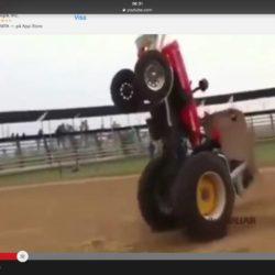 Traktorn kör på bakhjulen!