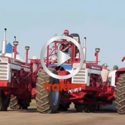 Kolla så fint föraren sitter där uppe! Han kör tre IH-traktorer samtidigt!