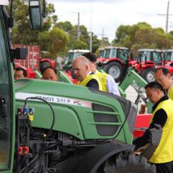 KINESISKT INTRESSE. Världens stora traktortillverkare hoppas på utveckling i Kina. Här en kinesisk delegation på besök hos Agco i Australien.