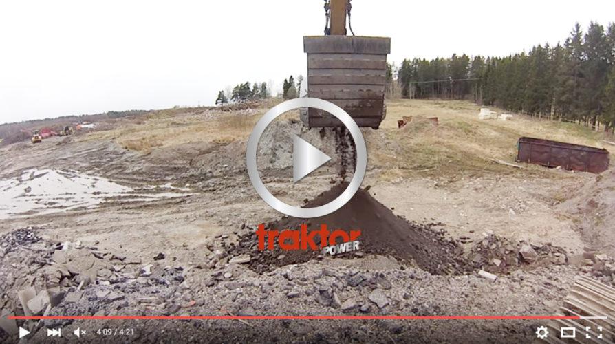 SÅ jobbar krossen i skopan. Det är krossning av asfalt med inslag av betong.