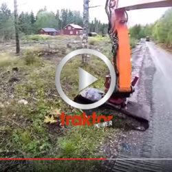 Kolla skopan som sitter i grävarmen och fixar snygga vägdiken!