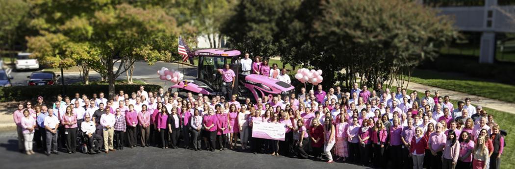 ROSA CHALLENGER MT865E. Och Agco-anställda vid företagets huvudkontor i en manifestation för att öka medvetenheten om, och bidra till finaniseringen av forskning kring, bröstcancer.