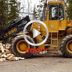 Hjullastaren är en Cat IT28! Här gör den jobbet på vedbacken!!!