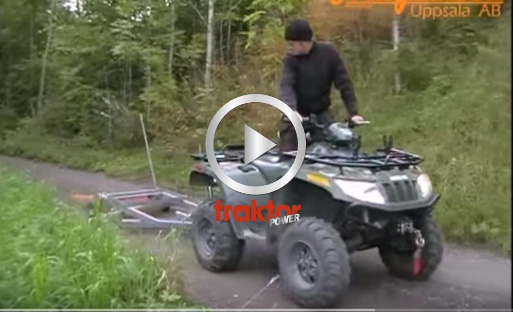 Här kommer fyrhjulingen med en tvåskärig vägsladd med flytande strängspridare.