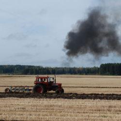 Bilden är från plöjning i Hanorp, Klockrike i Östergötland.