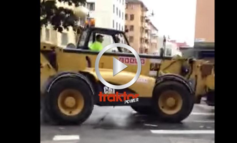 En Caterpillar teleskoplastare har problem att ta sig fram på asfalt!