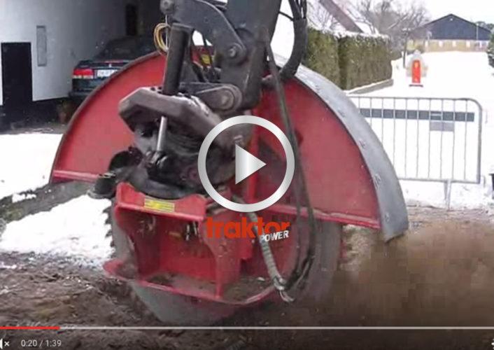 Fräshjulet på grävaren tuggar igenom tjäle!