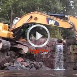 Proffsig förare kör ned i dammen med grävaren!!!