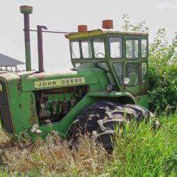 John Deeres första midjestyrda traktor var 8010.