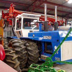 Hembyggd traktor av Kinze.