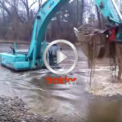 Kobelco 330 jobbar med att rensa upp i floden!!!