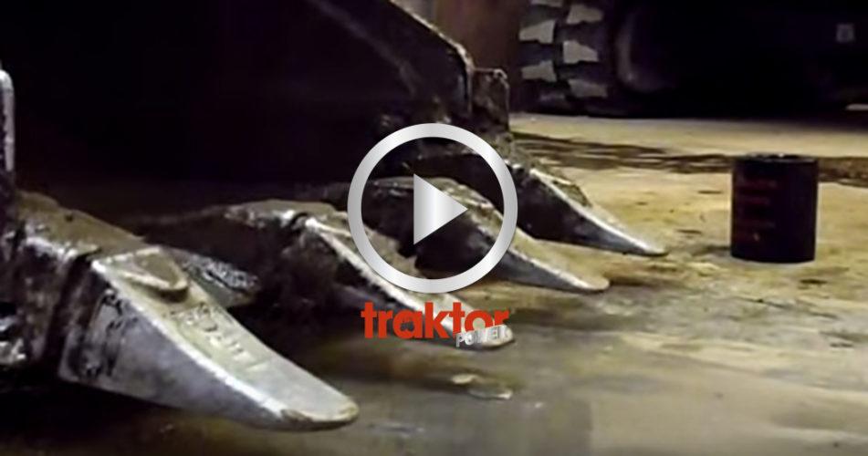 Grävaren tar upp ett mynt från cementgolvet!!!
