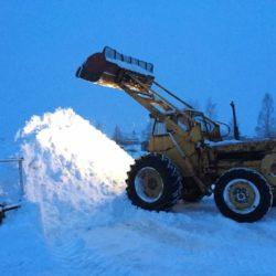Så jobbar en baklastare i snösvängen.