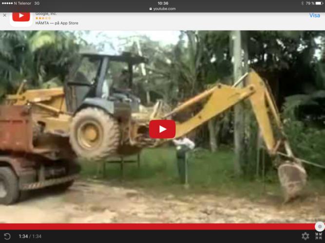 Dags att klättra upp på lastbilen med traktorgrävaren!