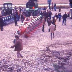Demoplöjning på 1980-talet med stora John Deere.