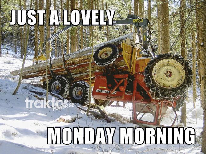 Traktorn åker kana utför den isiga backen!