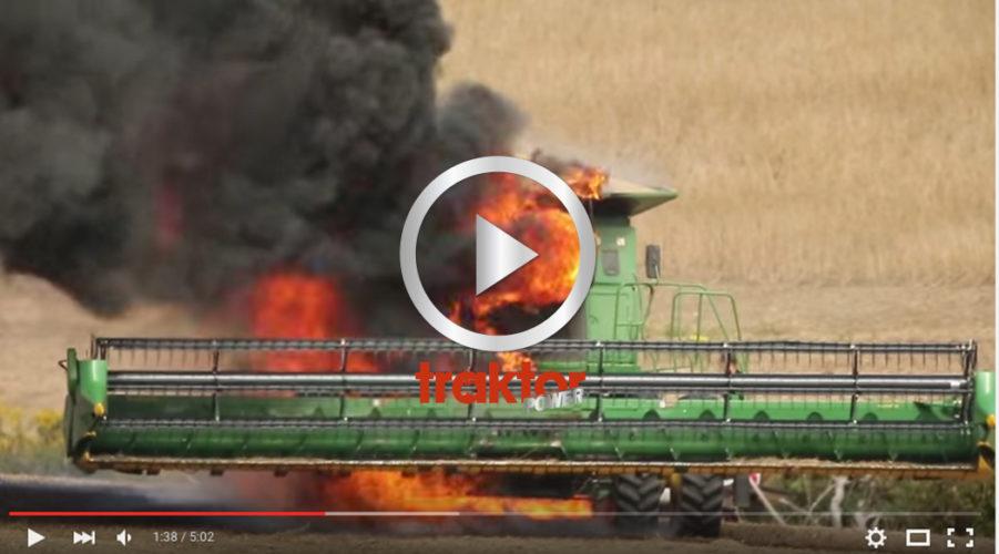 Här slukar elden en stor John Deere-tröska!!!