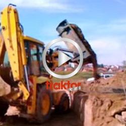 Snygg traktorgrävare med sidtipp på skopan!