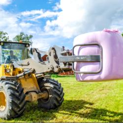 ROSA. I Sverige gav de rosa balarna i år 300 000 kronor till Bröstcancerfonden. Rosa Valtra-traktorer från Lantmännen Maskin gav totalt 110 000 kronor.