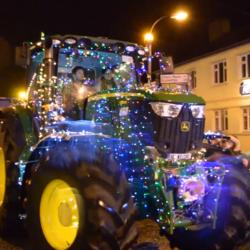 IRLAND. Så här stajlade är maskinerna vid den årliga traktorjulparaden i irländska Carrick-on-Suir.