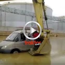 Så räddas en bilförare ur bilen som stannat i vattenmassorna!
