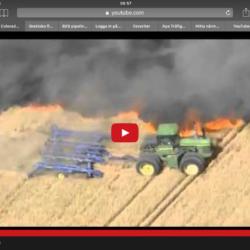 Här räddar bonden vetefältet mot brand med hjälp av traktorn.