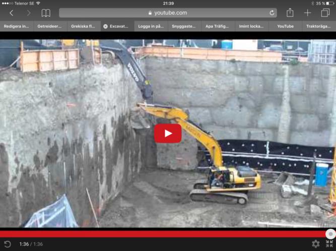Två grävare hjälps åt för att lyfta upp gruset ur hålet!