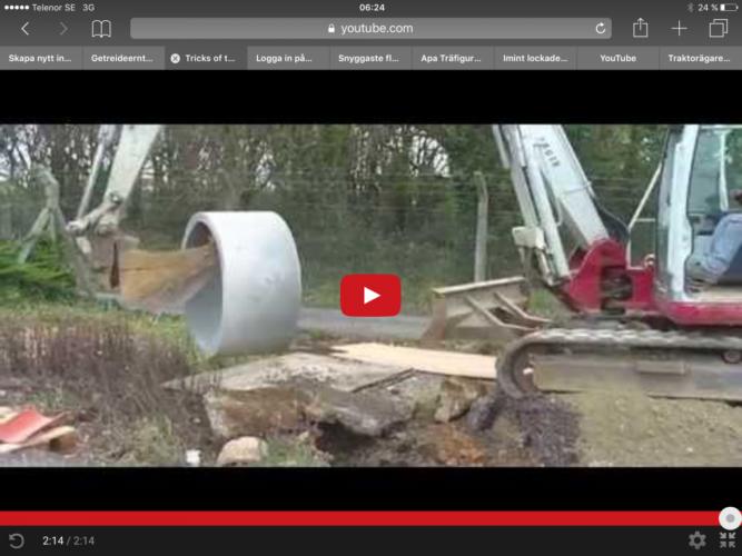 Så hanterar en grävarförare ett stort cementrör.
