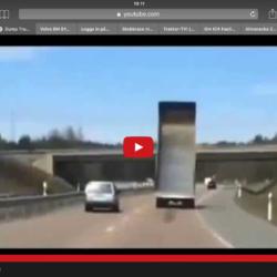 Lastbil med flaket i topp på väg mot bro!