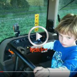 James, 5 år, har lärt sig att köra John Deere!