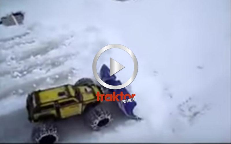 Så kan du röja snö med den lilla radiostyrda monstertrucken!