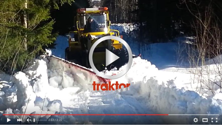 Brytning av skogsbilväg i djup snö!