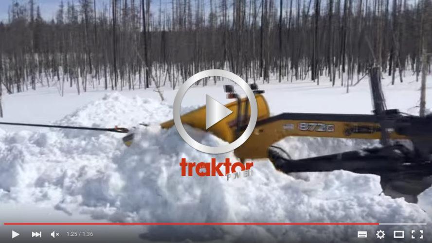 Väghyvel med spetsplog bogseras i den djupa snön!
