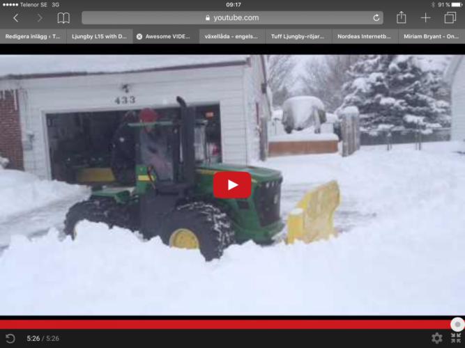 John Deere 9630 röjer snö. Men det är en modell av den store bjässen!