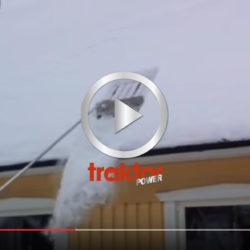 Så skottar du ned snön från taket utan att gå upp!
