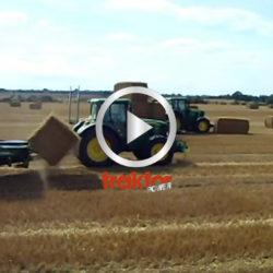 Dom kör på balarna med traktorn för att få dem rätt för spjuten! Vilken balfångare!