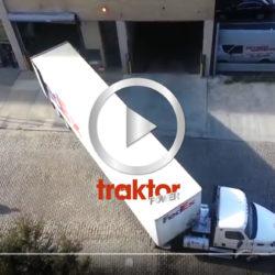 Amerikansk truckdriver backar in sitt släp för avlastning!