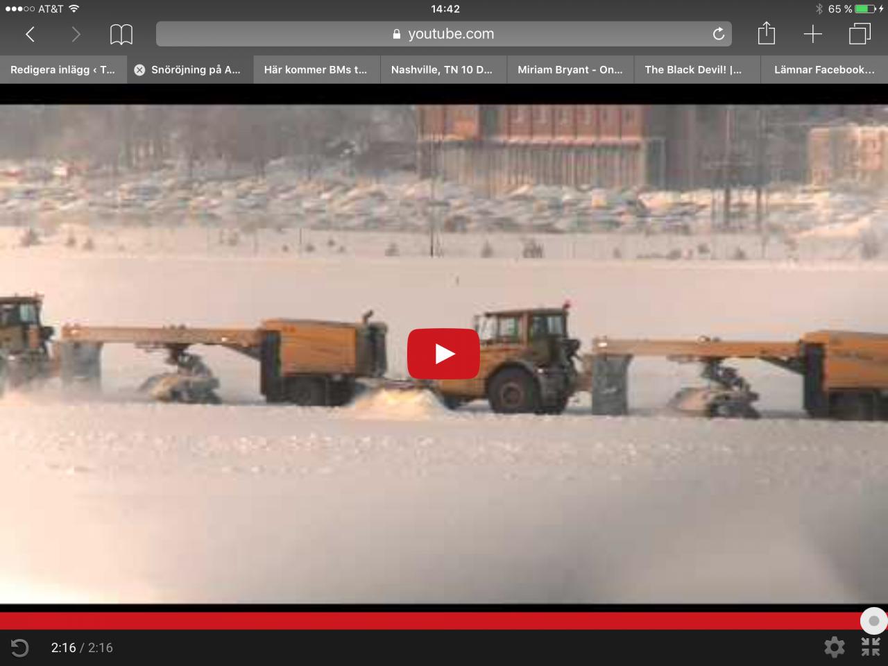 Här kommer Volvodumprar som röjer snö!