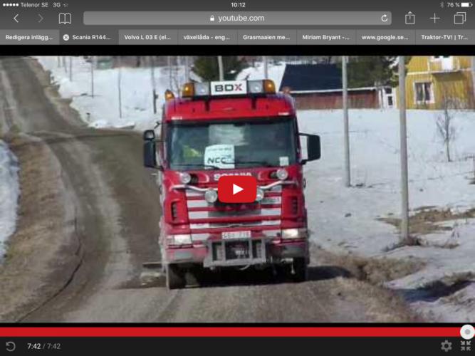 Här kommer en Scania med underbett på grusvägen!