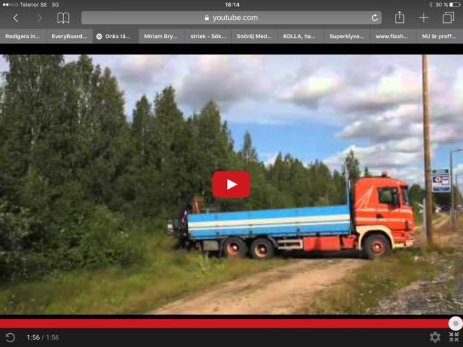 Kolla om föraren lyckas vända den superlånga lastbilen!