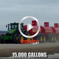 Här drar en traktor tre skittunnor efter varandra.