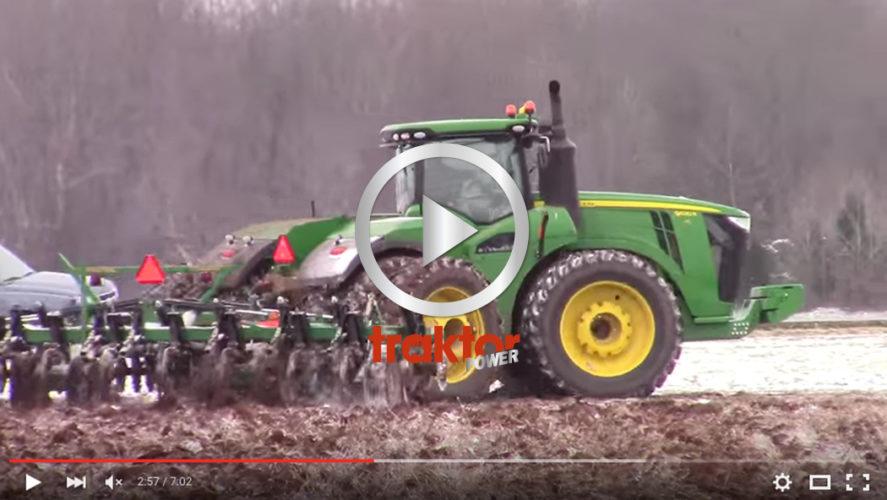 Se så fint det funkar att köra i snö med den stora John Deere-traktorn!