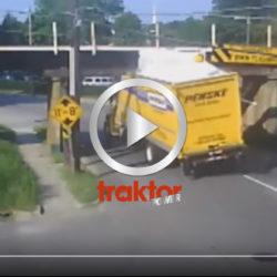 Kolla hur många lastbilar som fastnat under den här bron!