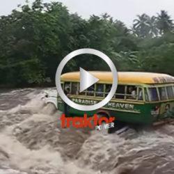 Bussen är på väg över floden som har ganska högt vatten! Hur går det?